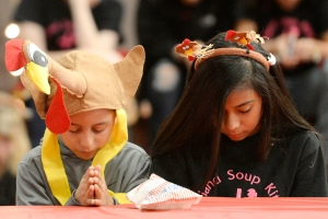 Robert Munoz and Alyne Munoz pray during a free thanksgiving meal on Wednesday, Nov. 23, 2016, at the Midland Soup Kitchen Ministry.